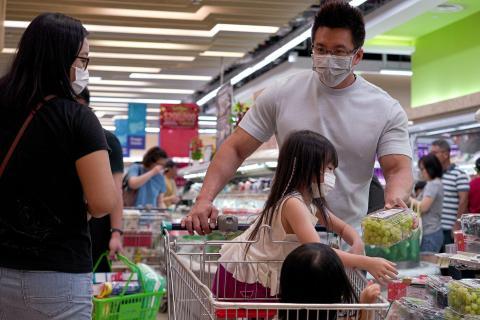Personas con máscaras faciales en un supermercado de Singapur.