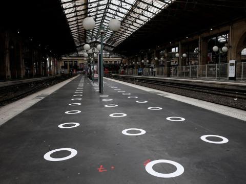 Círculos de plástico en el suelo que indican dónde estar de pie en la estación de tren Gare du Nord en París, Francia, el 5 de mayo de 2020.