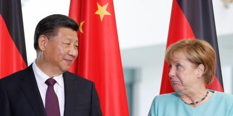 La canciller alemana, Angela Merkel, y el presidente chino, Xi Jinping, asisten a una firma de contrato en la Cancillería de Berlín, Alemania, el 5 de julio de 2017.