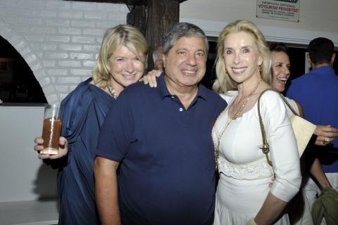 Grubman con su esposa, Deborah, a la derecha, y la empresaria Martha Stewart en 2010.