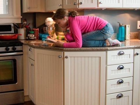 Limpiar los pomos de los cajones puede eliminar toda la grasa y las migas que hayan podido caer.