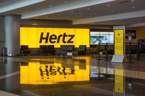 Un mostrador de alquiler de coches de Hertz en el Aeropuerto Internacional de Seattle-Tacoma, Washington, Estados Unidos.