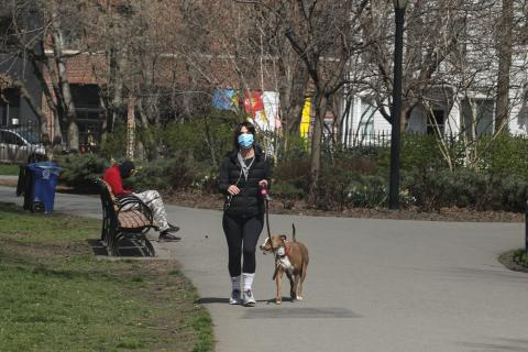 Una mujer pasea con su perro durante la pandemia de coronavirus.