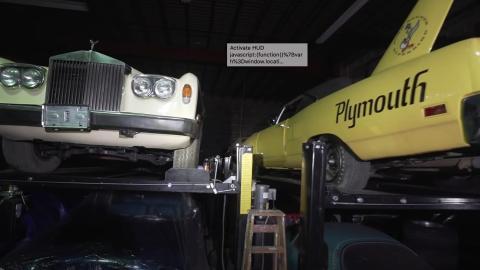 Rolls-Royce, a la izquierda, y un Plymouth Superbird, a la derecha.