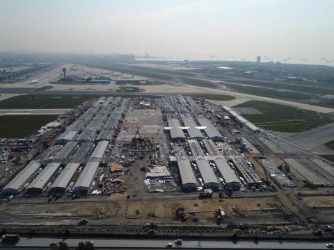 La construcción de un hospital de campaña en el aeropuerto Ataturk de Estambul.
