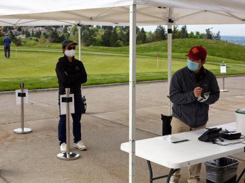 Golfistas en The Golf Club At Newcastle, Washington, el 5 de mayo de 2020.
