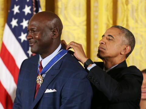 Jordan recibe una medalla a manos de Barack Obama.