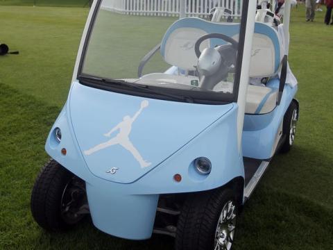 Jordan tiene incluso un carrito de golf personalizado azul Carolina con el logotipo de Jumpman.