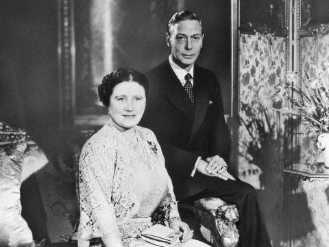 Un retrato formal del rey Jorge VI y la reina Isabel en su 25 aniversario de boda en 1948.