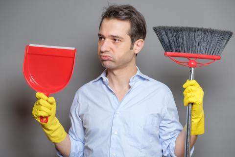 Limpiar en casa con una escoba