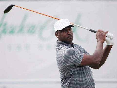 Llegó a aceptar una apuesta de 500 dólares de un fan en un torneo de golf benéfico, cuando este apostó que Jordan no podría meter la pelota en el green.