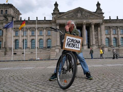 Un hombre protesta contra las restricciones del gobierno frente al Reichstag, en Berlín, Alemania, el 23 de mayo de 2020.