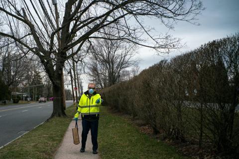 Un hombre con mascarilla caminando cerca de la sinagoga ortodoxa Young Israel en New Rochelle, Nueva York.