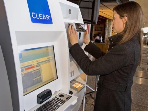 Demostración de cómo funciona una máquina Clear en un aeropuerto.