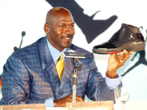 La leyenda de la NBA Michael Jordan sostiene una zapatilla AJ19 autografiado, el último diseño de la línea Air Jordan, en una conferencia de prensa en Hong Kong.