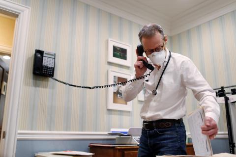Médico llamando a su paciente