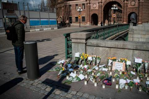 Un monumento a las víctimas del coronavirus en la plaza Mynttorget de Estocolmo