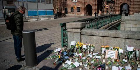Un homenaje en la plaza Mynttorget de Estocolmo en memoria de los seres queridos perdidos por el nuevo coronavirus, abril de 2020.
