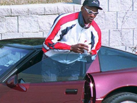 Michael Jordan saliendo de su coche.