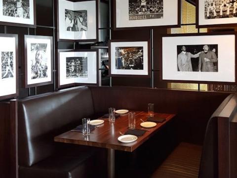 """... y el Michael Jordan's en Chicago, un restaurante exclusivo que sirve """"clásicos americanos""""."""