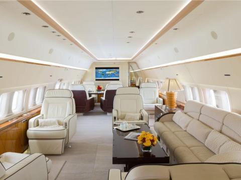 Interior del jet privado BBJ 737 de Tony Robbins.