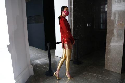 Una modelo con una mascarilla de tela diseñada por Zhou Li, durante la Semana de la Moda de China en Pekín, el 3 de mayo de 2020.