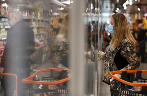 Una mujer compra en el supermercado durante el confinamiento