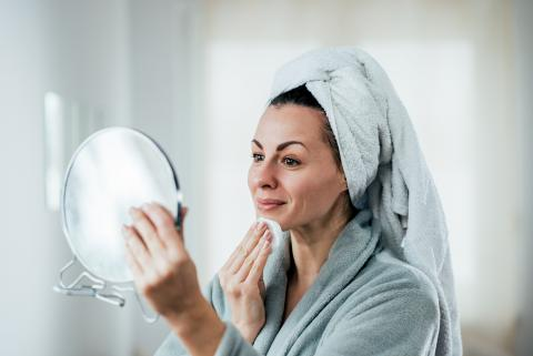 Una mujer limpiándose la cara.