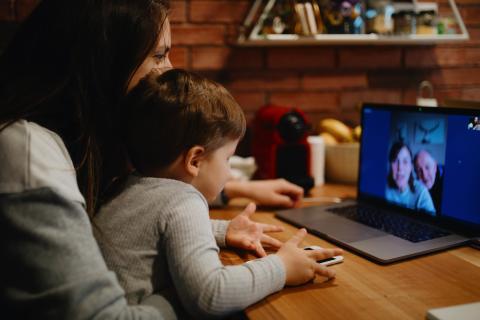 Mujer y niño hablando por webcam