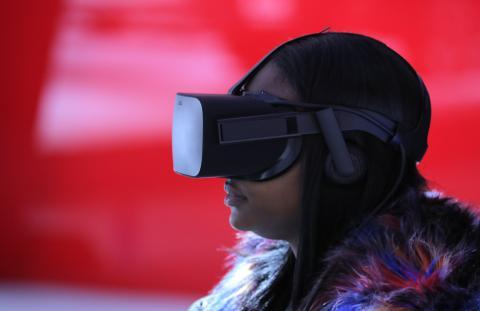 Una mujer prueba unas gafas de realidad virtual