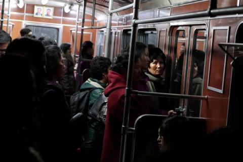 Mujeres norcoreanas viajan en un tren subterráneo en Pyongyang, Corea del Norte, el sábado 23 de noviembre de 2019.