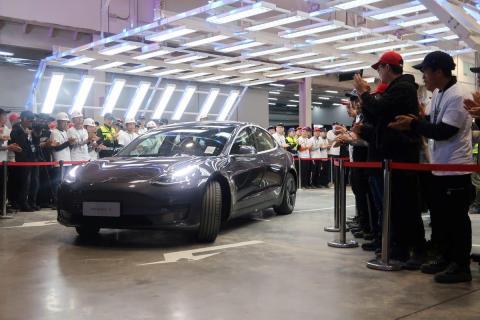 Un Tesla Model 3 sale de la línea de ensamblaje en la fábrica de Tesla en Shanghai, China.