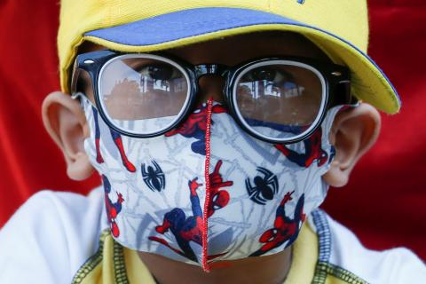 Niño con mascarilla en medio de la pandemia de coronavirus.