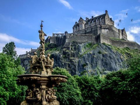 El castillo se encuentra en una montaña.