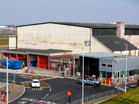 Un hangar de aeropuerto convertido en morgue en el aeropuerto de Birmingham.