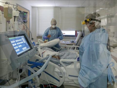 Las enfermeras Angela Jones, izquierda, y Carmen Soto atienden a un paciente de COVID-19 en un respirador en el Grupo Médico de Desert Valley en Victorville, California, EEUU, el 28 de abril de 2020.