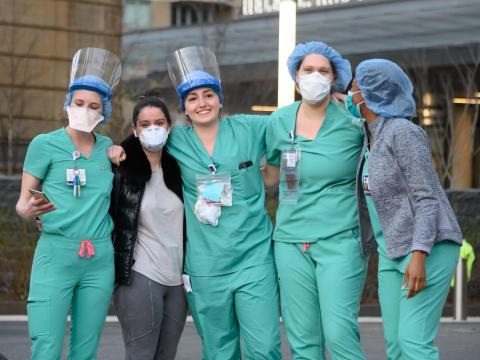 Los trabajadores de NYU Langone Health se unen a los aplausos para el personal sanitario el 6 de abril de 2020 en la ciudad de Nueva York.