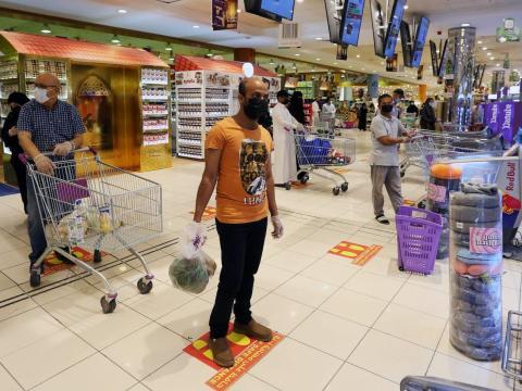 Gente siguiendo las marcas de distanciamiento social mientras hacen fila en un centro comercial en Riad, Arabia Saudita, el 2 de mayo de 2020.