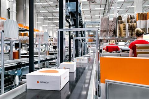 Unos paquetes de Zalando en un centro logístico de la compañía en Polonia