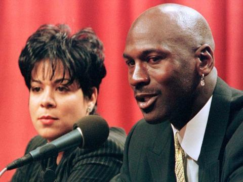 En la foto de arriba están Michael Jordan y su entonces esposa Juanita.