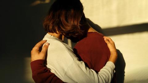 Pareja dándose un abrazo.