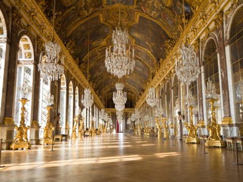 El Palacio de Versalles se encuentra a las afueras de París, Francia, y es uno de los sitios más impresionantes del país.