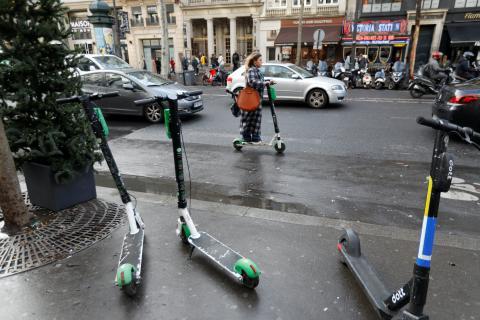 Patinetes eléctricos compartidos en una calle de París, Francia, en diciembre de 2019.