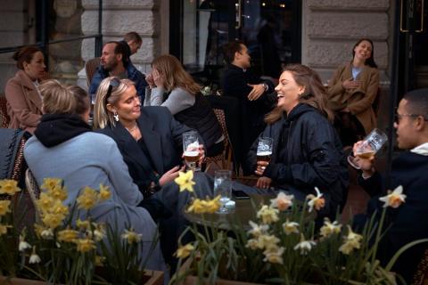 Coronavirus de Suecia La gente charla y bebe en Estocolmo, Suecia, el miércoles 8 de abril de 2020