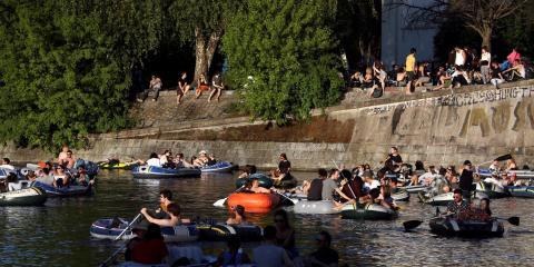 La gente disfruta del sol en el Landwehrkanal de Berlín el 9 de mayo de 2020.