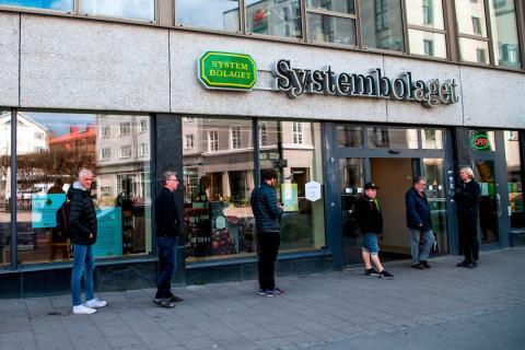 La gente hace cola para comprar alcohol en una tienda estatal de Systembolaget el 25 de abril de 2020.