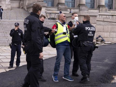 La gente protesta contra las medidas tomadas para frenar la propagación del nuevo coronavirus en Berlín, el 23 de mayo de 2020.