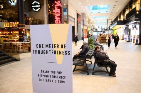 La gente se distancia socialmente en un centro comercial de Estocolmo el 12 de mayo de 2020