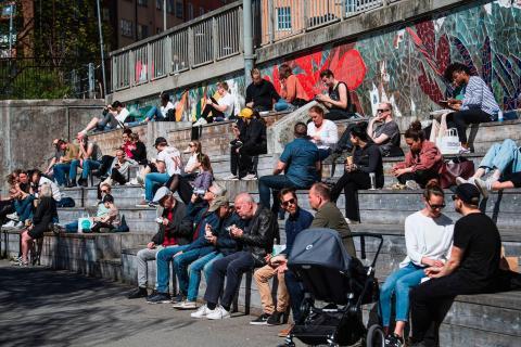 Gente disfrutando de un día de sol en Estocolmo el 21 de abril de 2020, durante la pandemia de COVID-19.