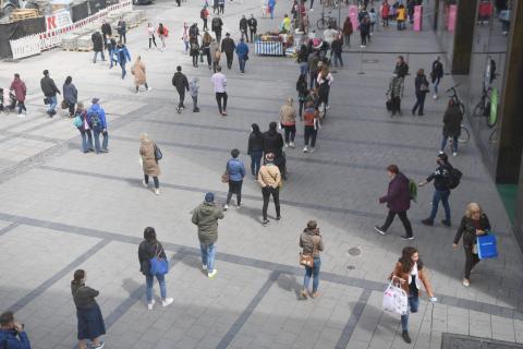 Personas guardan cola en Munich, Alemania, el 12 de mayo de 2020, después del fin del bloqueo de coronavirus del país